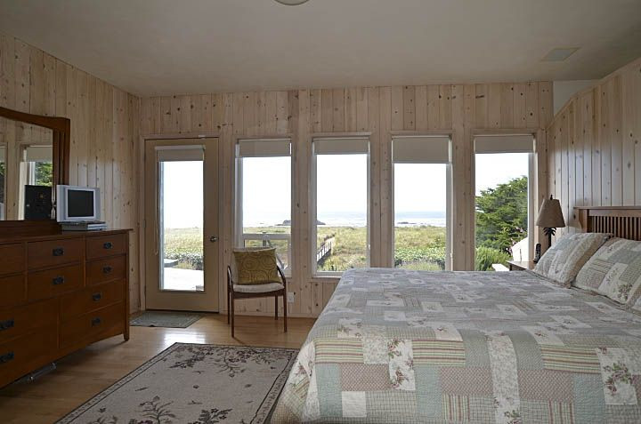 Master King Bedroom - Relax in bed while watching the sun rise & set