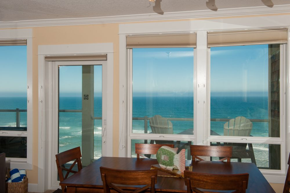 Many condos have oceanfront dining rooms - www.KeystoneVacationsOregon.com