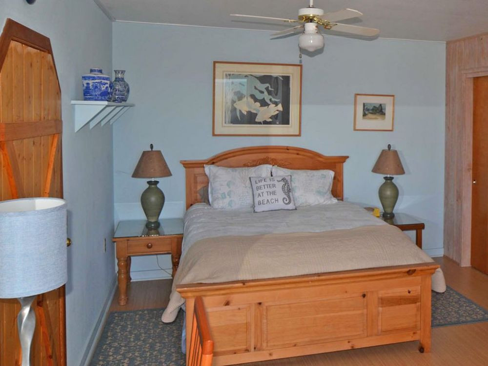 Master Queen bedroom dressed in quality linens & fluffy goose down comforter. TV, DVD & Desk w/Wifi